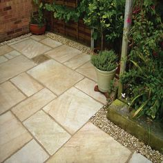 The Pavestone Tudor Antique Deanery paving pack has 4 sizes and has a hand crafted finish. Sandstone Paving Slabs, Flagstone Paving, Patio Slabs, Garden Paving, Paving Stones, Garden Stones, Texas Landscaping, Small Backyard Landscaping, Yard Water Fountains