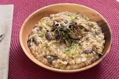 Mixed Mushroom Risotto with Porcini Broth, Leek & Chives leeks Mushroom Rissoto, Jamie Oliver Pasta, How To Cook Leeks, Stuffed Mushrooms, Stuffed Peppers, Risotto Recipes, Gordon Ramsay, Grains