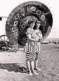 Un vestido corto con unos pololos debajo (normalmente en colores oscuros para ocultar aún más el cuerpo femenino), así eran los primeros trajes de baño. Curiosamente, éstos no se crearon a finales del siglo XIX para nadar porque entonces la playa no se consideraba un lugar de ocio, sino un rito reservado a los enfermos.  Dos jóvenes bañistas de 1910