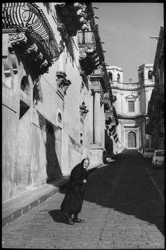 Henri Cartier-Bresson - Sicily. Province of Syracuse. Noto. 1971.