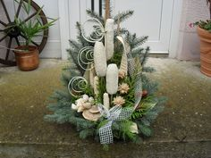 Many people believe that there is a magical formula for home decoration. You do things… Rose Flower Arrangements, Funeral Sprays, Funeral Flowers, Cemetery, Christmas Diy, Simple, Garden, Plants, Handmade