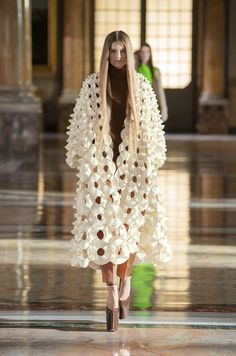 Haute Couture Looks, Style Couture, Haute Couture Fashion, Valentino Couture, Couture Week, Spring Couture, Collection Couture, Fashion Show Collection, Fashion Week