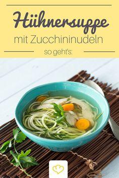 Bei dieser würzigen Hühnersuppe lässt sich die Suppeneinlage auf die Gabel drehen - die raffinierten Zucchini-Spiralen machen satt, ohne schwer im Magen zu liegen.