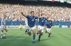 Le foto di USA '94: Dino Baggio dopo aver segnato il gol decisivo contro la Norvegia. (AP Photo/Luca Bruno) - Il Post