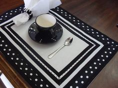 Patchwork Table Runner, Table Runner Pattern, Diy Home Crafts, Sewing Crafts, Sewing Projects, Black And White Quilts, Black White, Quilted Potholders, Place Mats Quilted