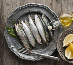 """Por estes dias é o peixe mais desejado. """"Quente e boa"""", pinga sobre o pão. Convém, por isso, saber puxar a sardinha à nossa brasa."""