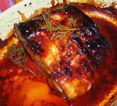 Salé - Rôti de porc au miel (facile et rapide). Ingrédients : rôti de porc- 3/4 càs de miel- 1 petit verre d'eau- thym, romarin- sel, poivre.  Saler/poivrer le rôti sur les 2 faces, préchauffer le four à 220°- Badigeonner le rôti de miel - Mettre le verre d'eau dans le fond du plat avec thym et romarin- Enfourner 1 heure à 210 à 220° en arrosant régulièrement avec la sauce pour donner l'effet laqué.
