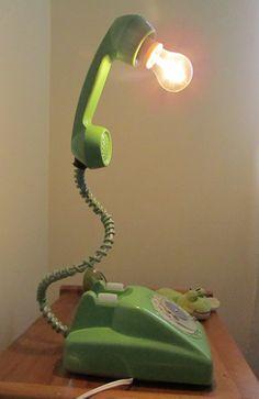 Lámpara con teléfono viejo