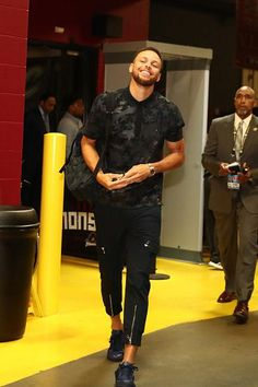 Stephen Curry of the Golden State Warriors arrives at the arena before Game Four of the 2017 NBA Finals against the Cleveland Cavaliers on June Stephen Curry Basketball, Love And Basketball, Basketball Players, Nba Players, Stephen Curry Family, The Curry Family, 2017 Nba Finals, Wardell Stephen Curry, Basketball