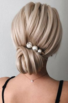 Chignon Buns With Pearls Blonde ❤ Chignon bun hairstyles are . - Chignon Buns With Pearls Blonde ❤ Chignon bun hairstyles are experiencing a major comeback this season. Catch some inspo in our gallery. Great Hairstyles, Elegant Hairstyles, Braided Hairstyles, Chignon Hairstyle, Formal Hairstyles, Blonde Wedding Hairstyles, Classic Hairstyles, Hairstyles Videos, Low Updo
