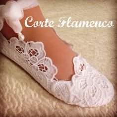 Imagen relacionada Bridal Shoes, Wedding Shoes, Shoe Makeover, How To Dye Shoes, Baby Hair Bands, Estilo Real, First Communion, Diy Clothing, Sewing Patterns