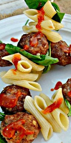 Italian Meatball and Pasta Sticks make a fun, unique appetizer, lunch or light dinner. Kids love these appetizer sticks ! Snacks Für Party, Appetizers For Party, Appetizer Recipes, Fingers Food, Gluten Free Puff Pastry, Italian Meatballs, Food Presentation, Italian Recipes, Buffet