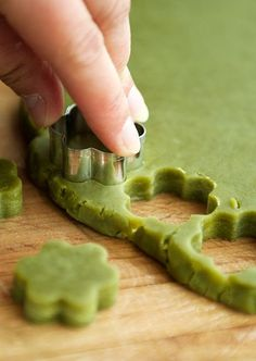 Matcha Shortbread Cookies :: cup confectioner's sugar 1 T matcha green tea powder 10 tbsps oz.) unsalted butter, room temperature 1 cup flour 3 large egg yolks 1 cup granulated sugar (to coat the dough) Green Tea Recipes, Sweet Recipes, Green Tea Cookies, Cookie Recipes, Dessert Recipes, Matcha Green Tea Powder, Tea Cakes, Cookies Et Biscuits, Recipe Using