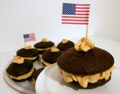 Chocolate whoopie pies with peanut butter filling Chocolate Whoopie Pies, Peanut Butter Filling, Pisa, Muffin, December, Cookies, Baking, Breakfast, Food
