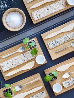 Påskmaten är så dekorativ i sig själv, med vackra bruna ägg och grovt bröd, så vi matchar enkelt med varsin liten skärbräda i bambu som extra detalj. VARDAGEN kökshanddukar. APTITLIG skärbräda i bambu, TERAPI smörkniv, IKEA 365+ äggkopp, SEDLIG bestick, BLANDA MATT serveringsskål i bambu.