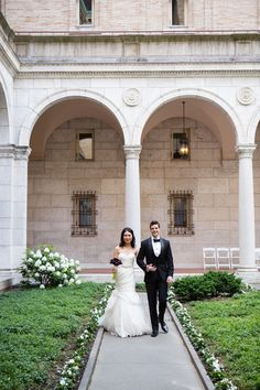 Photography : Melissa Robotti Photography | Wedding Dress : Monique Lhuillier Read More on SMP: http://www.stylemepretty.com/massachusetts-weddings/boston/2015/03/30/traditionally-elegant-wedding-at-the-boston-public-library/