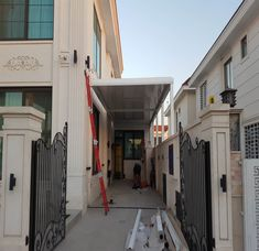 Όταν η custom made κατασκευή σου ταξιδεύει μέχρι το Ιράκ μόνο περηφάνια μπορείς να νιώσεις! ⠀ Η βιοκλιματική πέργκολα SKYLINE θα προστατέψει τον υπαίθριο αυτόν χώρο από οποιεσδήποτε καιρικές συνθήκες, ενώ εναρμονίζεται πλήρως με το αρχιτεκτονικό στυλ αυτού του κτιρίου. ⠀ Skyline