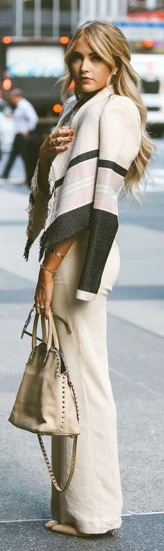 Street style | Off white elegant flared trousers with color block fringed jacket