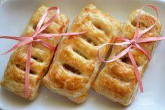 Mini-Apfeltaschen aus Blätterteig, Äpfeln, Nüssen und Zimt: Schneller, süßer Snack, wenn überraschend Gäste kommen oder Äpfel aufgebraucht werden müssen.