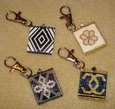 porte jeton 2 Native Beading Patterns, Bead Embroidery Patterns, Seed Bead Patterns, Beaded Embroidery, Seed Bead Art, Seed Bead Crafts, Beaded Earrings, Beaded Jewelry, Brick Stitch Earrings