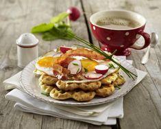 Frühstückswaffeln mit Bacon und Spiegelei
