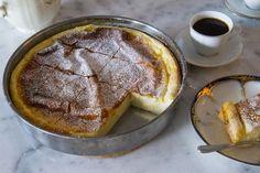 Jättegod och krämig grekisk mannagrynspaj toppad med florsocker och kanel. Ljuvlig och enkel att göra. Pajen påminner om ostkaka i konsistensen och smakar allra bäst när den serveras kall. Ca 10 bitar 1,5 liter mjölk 3 dl mannagryn 100 g smör 3 st ägg 1,5 dl socker (du kan öka eller minska mängden socker efter smak) 0,5 tsk salt Smör till smörjning av formen Topping: Kanel Florsocker Gör såhär: Blanda mjölk, mannagryn, socker, smör och salt i en kastrull. Koka upp under ständig omrörning…