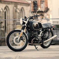 There are some parts you just don't see on custom bikes nowadays. Like mirrors, center stands, fork reflectors, and—heck—even fenders. They all end up in the bin faster than you can order a roll of pipe wrap. But this restomod BMW R65 by Pedro Pires...
