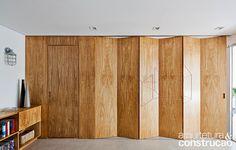 Metamoorfose Studio geschickt eingerichteter Raum in Sao Paulo Apartment Folding Partition, Folding Walls, Partition Design, Folding Doors, Wall Partition, Movable Walls, Wooden Walls, Café Design, House Design