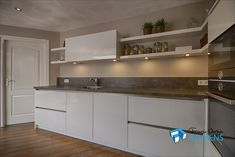 strakke witte hoogglans keuken met kookeiland