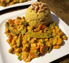 Erdnuss-Curry-Pfanne mit Hirse und gerösteten Erdnüssen