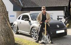 Nicht ohne meine Gitarre - Peter Maffay mit seinem Beetle  vor dem Studio in Tutzing.