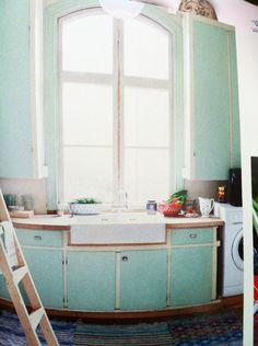 Från Allt i hemmet #11 2012. Funderade just om en porslinsho skulle funka i ett 50-talskök och ser att jo, det blir inte så illa!