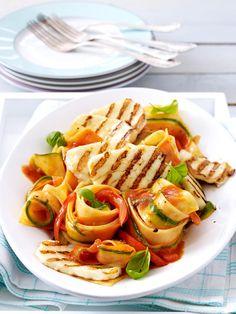 low carb pasta gegrillter halloumi kaese auf gemuesenudeln rezept h