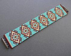 Schöne Beadwoven Peyote Manschette. Türkis, Creme, Beige und dunkel Rubin Töne. Muster von mir entworfen. Ethnischen Stil. Armband aus winzigen