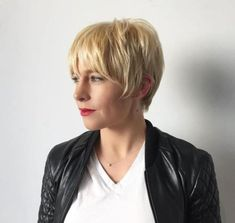 Long Sleek Wheat Blonde Pixie Wear your straight hair in one of these long pixie hairstyles and bring out the best out of your fine-textured locks. The wispy bangs and tapered back create a lovely silhouette, and the dark roots enhance depth and volume. Long Pixie Hairstyles, Wedge Hairstyles, Haircuts For Long Hair, Straight Hairstyles, Hairstyles 2018, Hairdos, Long Pixie Cuts, Short Hair Cuts, Short Hair Styles