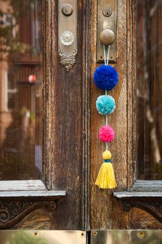 How To Make This Ridiculously Adorable Pom Pom Tassel Wall Hanging diydecor Sha .How To Make This Ridiculously Adorable Pom Pom Tassel Wall Hanging diydecor Sha . - How To Make This Ridiculously Adorable Pom Diy Craft Projects, Diy Crafts To Do, Sewing Projects, Kids Crafts, Diy Valentine's Pillows, Crochet Christmas Garland, Christmas Bunting, Christmas Door, Mur Diy