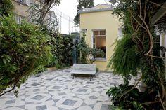 Na entrada da residência do artista, no centro de São Paulo, há um jardim e uma praça. O conjunto de três casas construídas em 1887 por Guilherme Nicola, avô do artista plástico Norberto Nicola, foi adaptado para dar forma ao casarão que abrigou o ateliê e a morada do artista até sua morte, em 2007. A casa mantém-se conservada