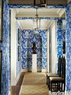 Tom Scheerer - House Beautiful One does not often see large scale wallpaper in hallways, but this use of Clarence House The Vase wallpa. Clarence House, Blue And White Wallpaper, Of Wallpaper, Classic Wallpaper, Graphic Wallpaper, Interior Exterior, Interior Architecture, Interior Design, Asian Interior