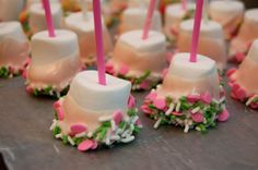 Marshmallow pops- waaaaay easier than cake pops. You can even find pink marshmallows! Microwave the chocolate, dip, and sprinkle or roll in sprinkles! Marshmallow Dip, Dipped Marshmallows, Yummy Treats, Sweet Treats, Yummy Food, Cake Pops, Chocolate Dipped, Chocolate Roll, White Chocolate