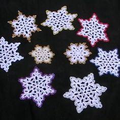 Kézzel horgolt karácsonyi hópelyhek  Tiszta fehér, fehér-aranyszéllel, fehér-ezüstszéllel, fehér- piros széllel, fehér-lila széllel,  fehér-kék széllel színekben kaphatóak.