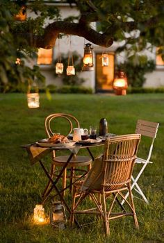 Make outdoor dining romantic with candlelight at dusk. Outdoor Dining, Outdoor Spaces, Outdoor Decor, Dream Garden, Home And Garden, Romantic Dinners, Romantic Picnics, Romantic Places, Al Fresco Dining