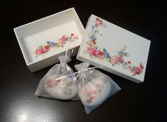 Caixa flores com 2 sabonetes decorados na mesma estampa da caixa.