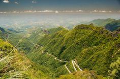 As curvas da Serra do Rio do Rastro deixam a estrada ainda mais bela e desafiadora.