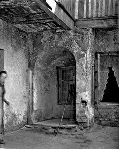 ''Cudowna ''Studnia w dziedzińcu Podkarpia- byłego Klasztoru Ojców Bonifratów-lata 50te XXw