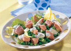 Salmon is poached in wine and fish stock, and then arranged with peas over iceberg lettuce. A drizzle of creamy dressing finishes the dish. Dill Recipes, New Recipes, Healthy Recipes, Healthy Foods, Pea Salad, Potato Salad, Salmon Salad, Healthy Lifestyle, Stuffed Peppers