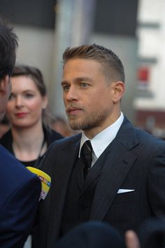 - 'King Arthur Legend Of The Sword' European Premiere - 022 - Charlie Hunnam FAN Hot Men, Sexy Men, King Arthur Legend, Actrices Sexy, Hommes Sexy, Celebs, Celebrities, Beard Styles, Goatee Styles