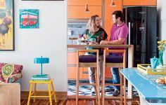 Com soluções espertas e em tons alegres, o projeto da arquiteta Letícia Arcangeli reflete bem o espírito do casal de moradores, Larissa e Wilber Farias. Eles compraram o apartamento de 50 m² quando decidiram casar