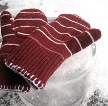 Kun lunta satoi ja pakkanen paukkui oli aika kaivaa kaapeista villapaidat ja muut lämpimät tamineet.Samalla löytyi muutama venynyt ja aikansa elänyt neule. Niistä syntyi uutta lämmikettä: lapaset ja k...