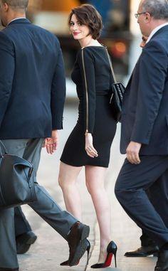 Anne Hathaway wears ALC dress and Louboutin heels to Jimmy Kimmel Anne Hathaway Style, Devil Wears Prada, Hollywood Celebrities, Celebrity Style, Celebrity Babies, Beautiful People, Short Hair Styles, Celebs, Glamour