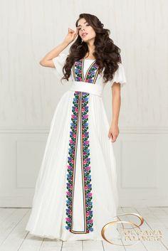 Платье с украинской традиционной вышивкой. Фото: karavan.ua